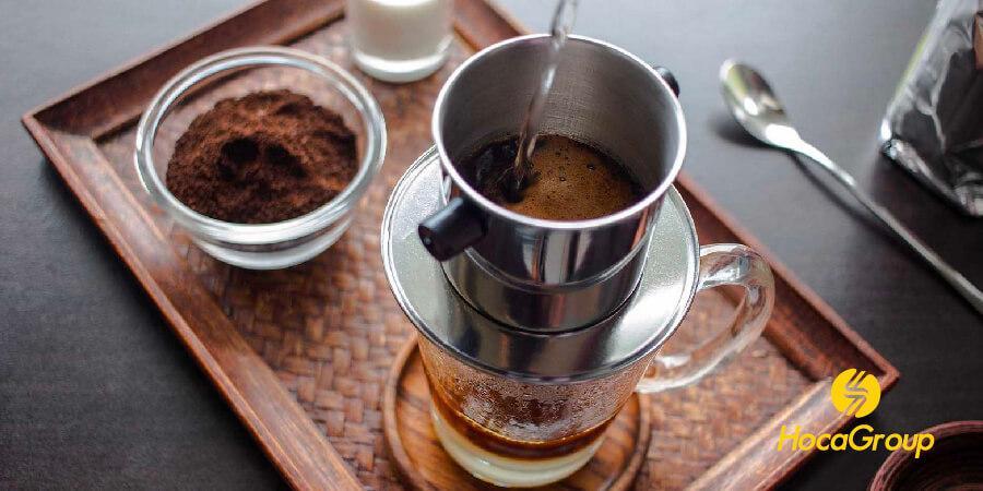 Cà phê phin mới được pha từ cà phê hạt rang