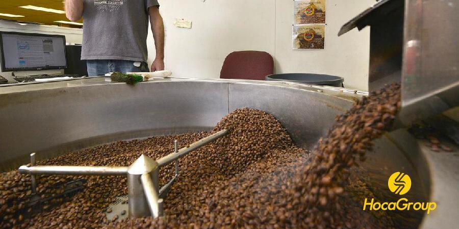 Cà phê mới rang tràn ra khỏi máy rang cà phê dùng cho phương pháp pha phin