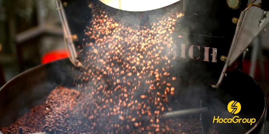 Cà phê hạt đã rang cho vào khay làm lạnh khi rang pha espresso