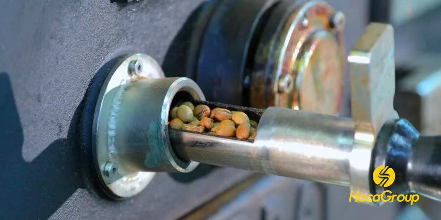 Người rang sẽ kiểm tra hạt cà phê cho từng phương pháp pha phin và espessso