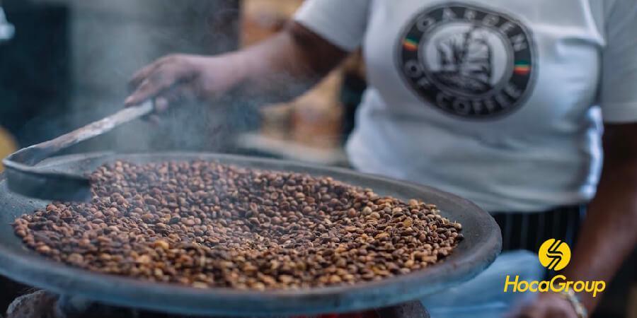 Cà phê rang trong chảo ở Ethiopia.