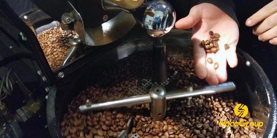 Hạt cà phê mới rang trong khay làm mát