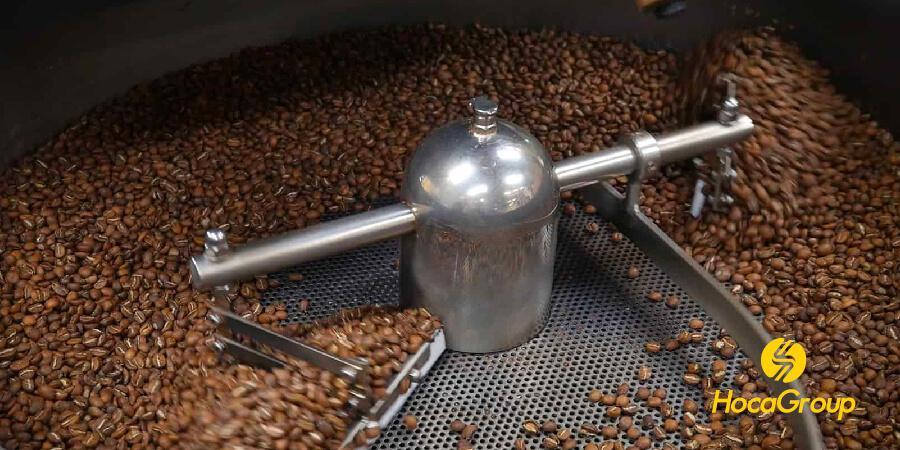 Cà phê đang được làm nguội từ từ.