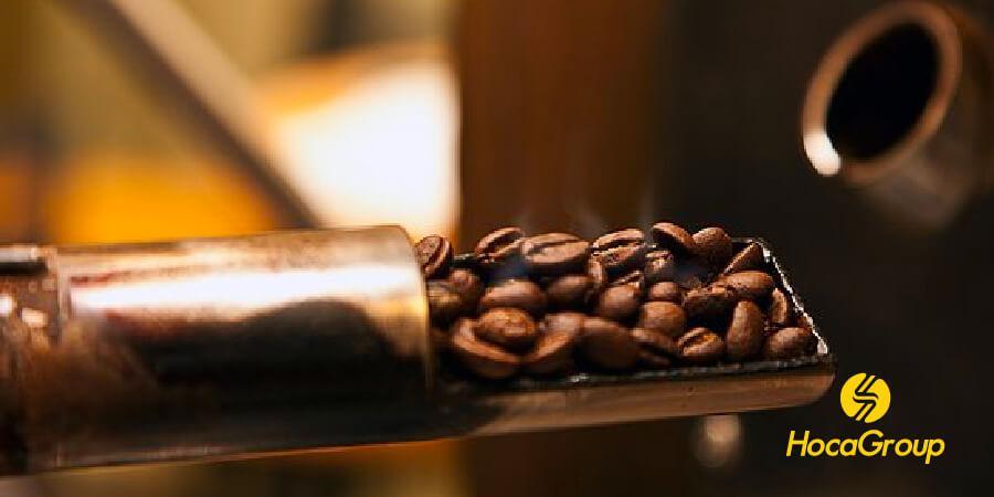 Thợ rang sẽ kiểm tra quá trình rang từ trong trống rang cà phê