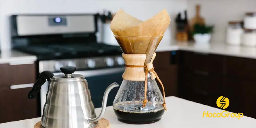 Cà phê được pha trên máy Chemex với bộ lọc không tẩy trắng