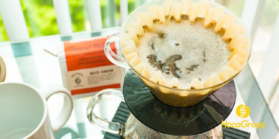 Cà phê được pha trên Kalita Wave bằng bộ lọc đã tẩy trắng