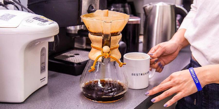 Cà phê pour over đang được chiết xuất dưới bình lọc